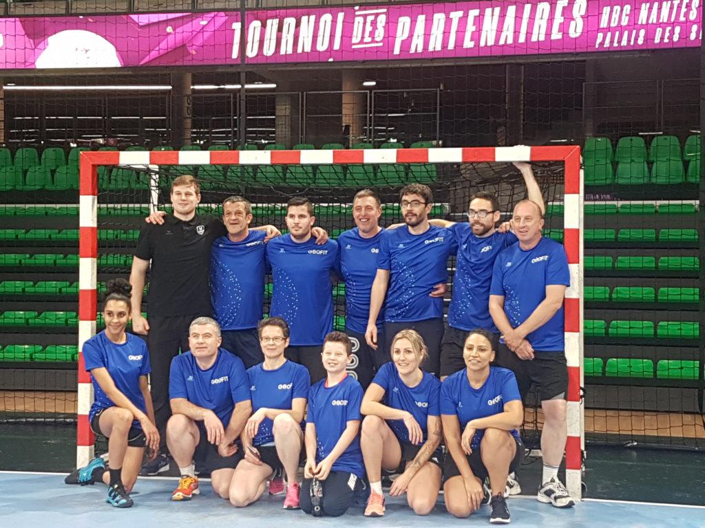 L'équipe du Groupe GEOFIT avec leur coach de la première soirée, Dragan Pechmalbec, pivot du club nantais.